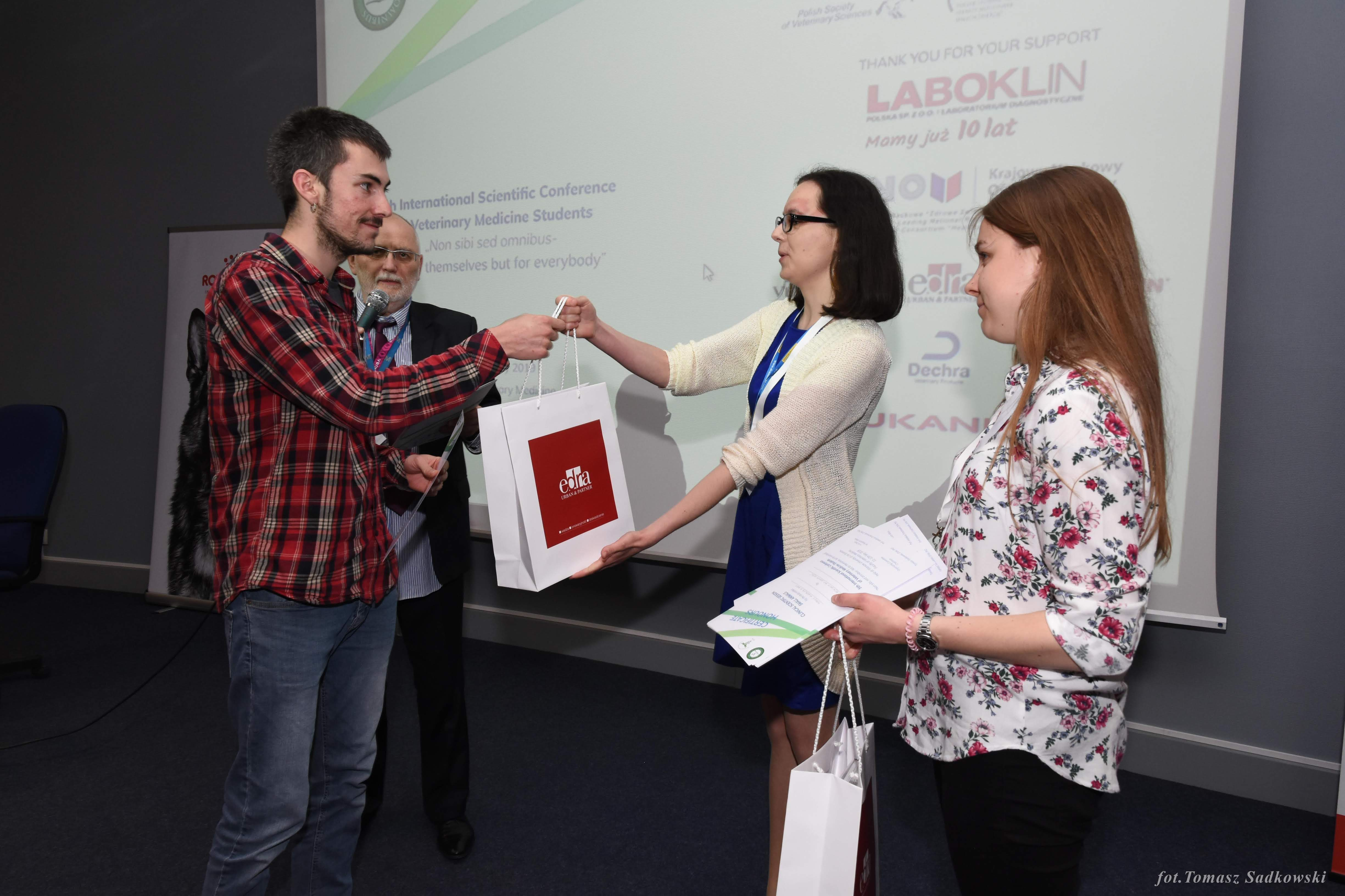 Javier Martinez Caro receiving an award for 'Canine sterile steroid-responsive lymphadenitis - a clinical case'