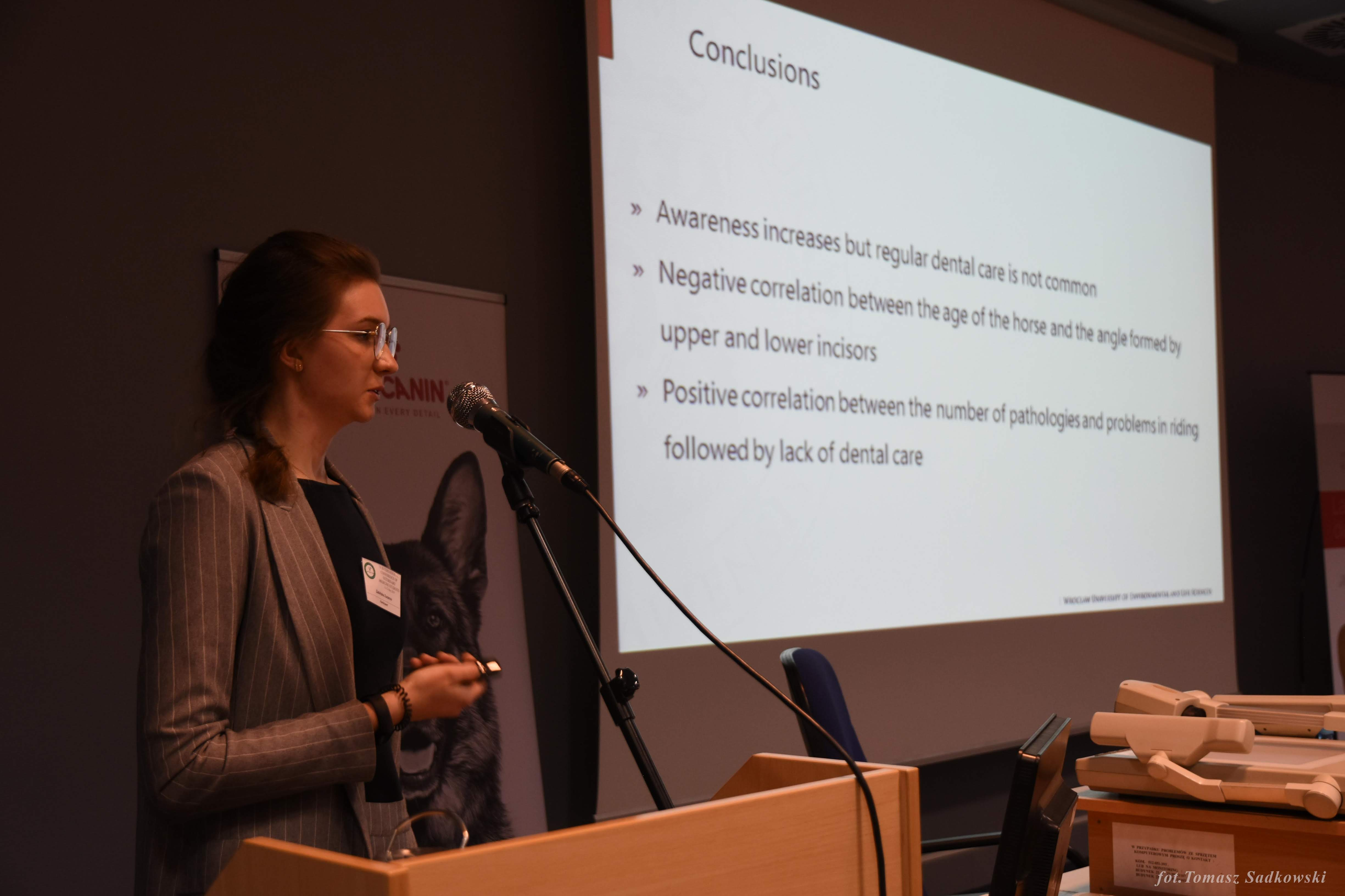 Zuzanna Żabińska presenting 'Most common pathologies of the stomatognathic system within the oral vestibule and diastema in horses' during farm animals session
